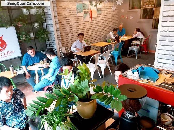 Sang quán cafe đường lớn đông đúc & nhộn nhịp.