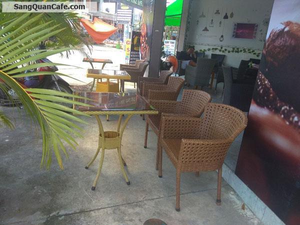 Cần sang quán cà phê nằm ngay góc ngã tư.